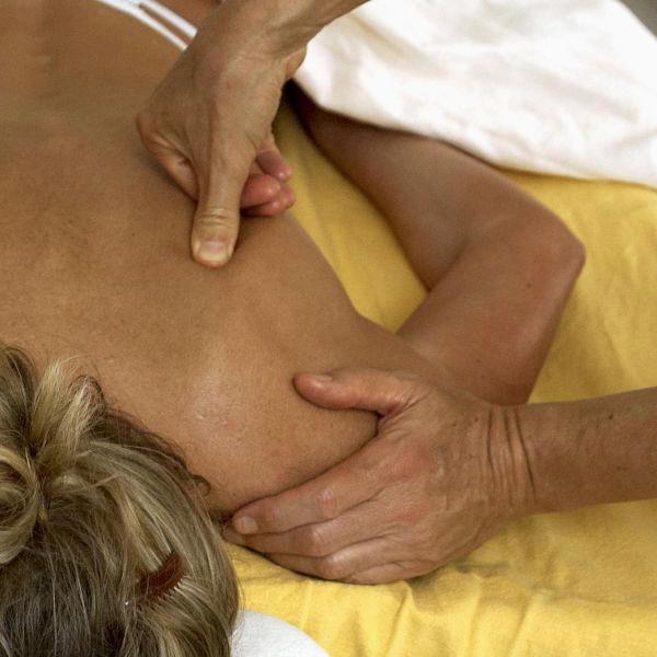 Massage am Schulterblatt